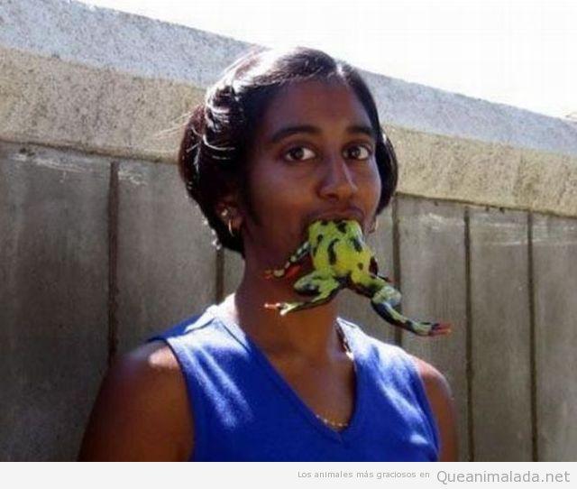 Chica india comiendo una rana