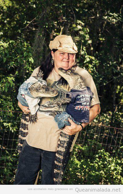 Mujer con dos cocodrilos vestidos de bebés