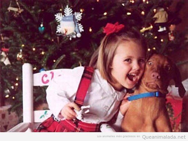 Foto graciosa de una niña mostrando amor hacia su perro