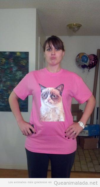 Chica con camiseta del gato gruñón o grumpy cat