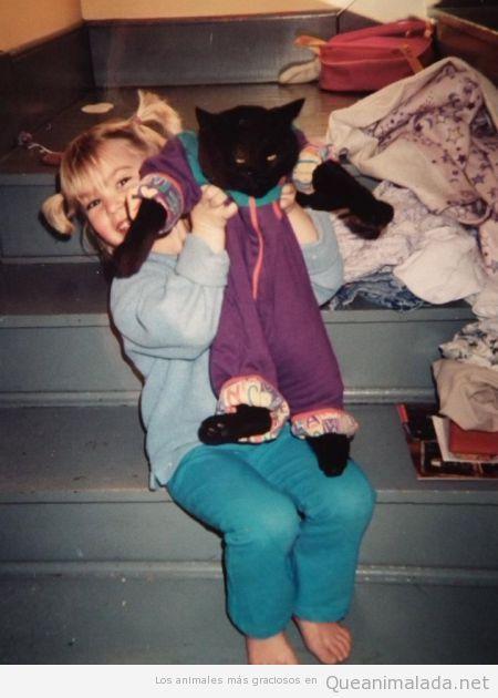 Gatos que prefieren estar muertos antes de que una niña les vista así!