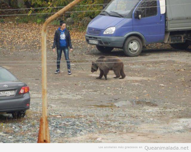 Foto de una chica paseando un oso en Rusia