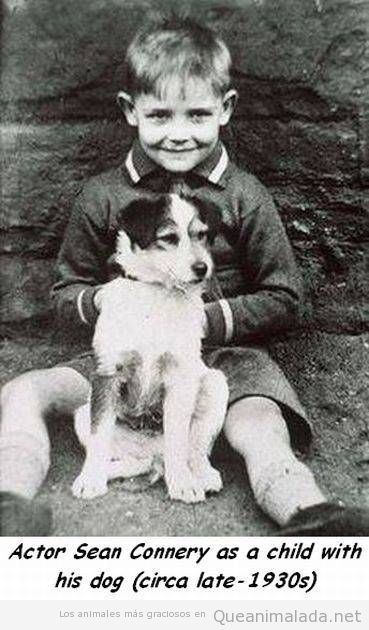 Foto antigua Sean Connery de niño con su perro