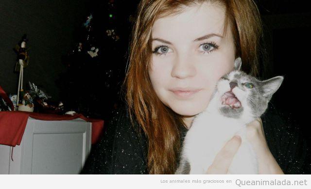 Gato gracioso le jode la foto a una chica mona