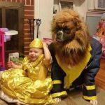 Niña y perro disfrazados de La Bella y la Bestia